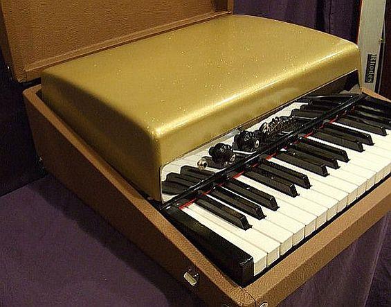 Doors organ vox jaguar well maintained vintage organ for Classic house organ bass